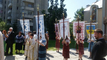 Children of the parish greet Bishop Benedict carring banners and the traditional gifts of bread and salt.